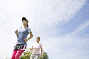 ジョギングをする親子の写真素材 [FYI04642863]