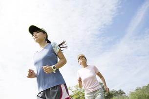 ジョギングをする親子の写真素材 [FYI04642864]