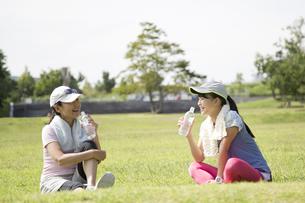 運動中に水分補給する仲良しな親子の写真素材 [FYI04642888]