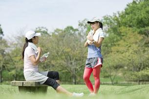 休憩し会話する親子の写真素材 [FYI04642898]