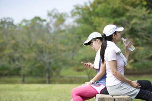 運動中に休憩をする親子の写真素材 [FYI04642899]
