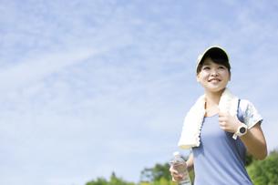 屋外で運動する女性の写真素材 [FYI04642910]
