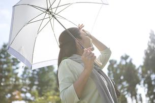 陽射しを浴びる中年女性の写真素材 [FYI04643005]
