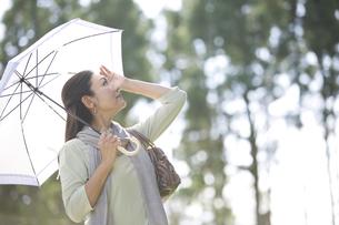日傘をさす中年女性の写真素材 [FYI04643006]