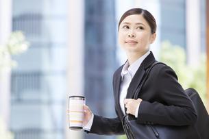 タンブラーを持っているスーツを着た日本人女性の写真素材 [FYI04643066]