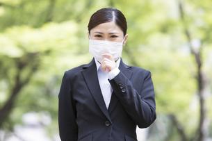 マスクをしているスーツを着た日本人女性の写真素材 [FYI04643079]