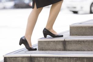 階段を上がる日本人女性の足元の写真素材 [FYI04643084]