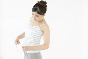ウエストを測る日本人女性の写真素材 [FYI04643120]