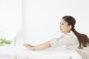 伸びをする日本人女性の写真素材 [FYI04643163]