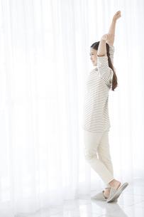 伸びをする日本人女性の写真素材 [FYI04643164]