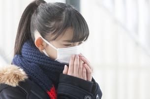 マスクをしている女子校生の写真素材 [FYI04643337]