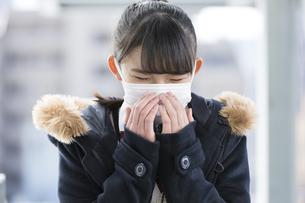 マスクをしている女子校生の写真素材 [FYI04643339]