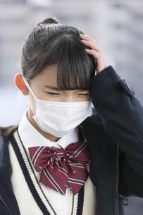 マスクをしている女子校生の写真素材 [FYI04643340]