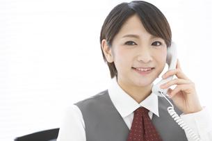 通話しているビジネスウーマンの写真素材 [FYI04643574]