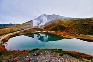 旭岳と姿見の池の写真素材 [FYI04643697]