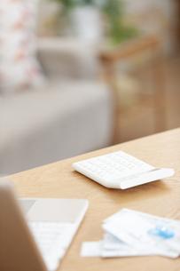 電卓とパソコンと領収書の写真素材 [FYI04643722]