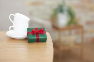 プレゼントとカップアンドソーサーの写真素材 [FYI04643726]