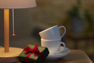 プレゼントとカップアンドソーサーの写真素材 [FYI04643727]