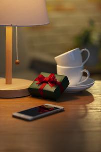 プレゼントとカップアンドソーサーの写真素材 [FYI04643728]