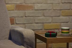 ソファーとプレゼントとカップアンドソーサーの写真素材 [FYI04643729]