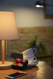 プレゼントとカップアンドソーサーの写真素材 [FYI04643730]