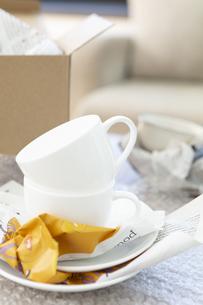 梱包されるカップアンドソーサーの写真素材 [FYI04643736]