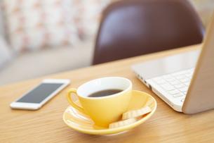 コーヒーとパソコンとスマートフォンの写真素材 [FYI04643739]
