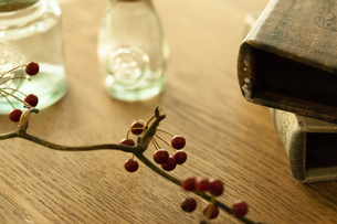テーブルに置かれた小物の写真素材 [FYI04643868]