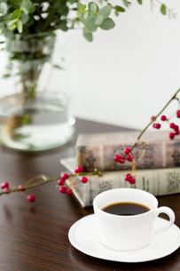 テーブルの上のコーヒーと本の写真素材 [FYI04643880]