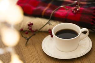 テーブルの上のコーヒーとマフラーの写真素材 [FYI04643882]