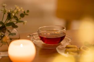 テーブルに置かれた紅茶の写真素材 [FYI04643890]