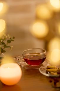 テーブルに置かれた紅茶の写真素材 [FYI04643891]
