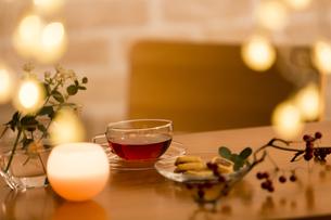 テーブルに置かれた紅茶の写真素材 [FYI04643892]