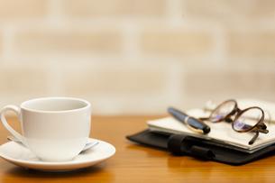 テーブルに置かれたコーヒーと小物の写真素材 [FYI04643894]