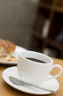 テーブルの上のコーヒーカップの写真素材 [FYI04643906]