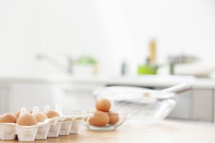 テーブルに置かれた卵の写真素材 [FYI04643936]