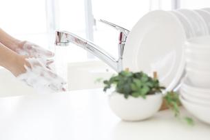 手を洗う女性の手元の写真素材 [FYI04643966]