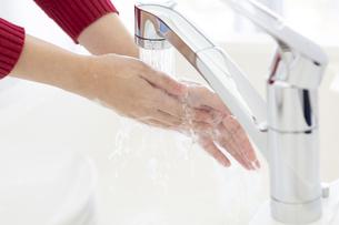 手を洗う女性の手元の写真素材 [FYI04643970]