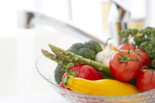 ガラスボールに入った野菜の写真素材 [FYI04643981]