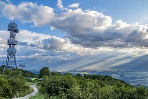 陣馬形山から望む中央アルプスと山頂電波塔の写真素材 [FYI04644002]