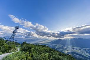 陣馬形山から望む中央アルプスと山頂電波塔の写真素材 [FYI04644008]
