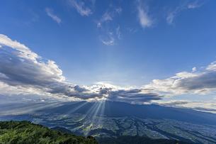 陣馬形山山頂から望む中央アルプスの写真素材 [FYI04644011]