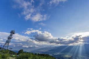 陣馬形山から望む中央アルプスと山頂電波塔の写真素材 [FYI04644012]