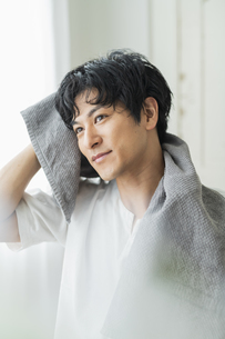 洗顔する男性の写真素材 [FYI04644064]