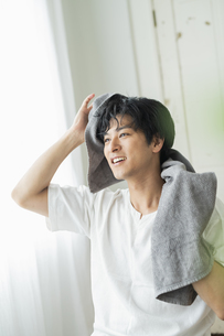 洗顔する男性の写真素材 [FYI04644066]