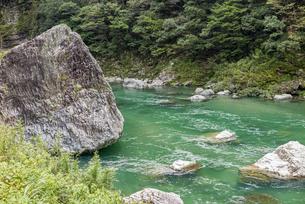 上八川川の巨石の写真素材 [FYI04644077]