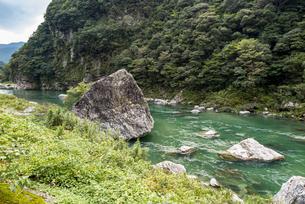 上八川川の巨石の写真素材 [FYI04644089]