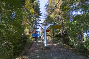 秋の高尾山 リフトの写真素材 [FYI04644523]