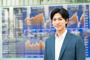 若いアジア人のビジネスマンの写真素材 [FYI04644838]