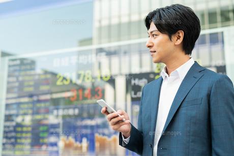若いアジア人のビジネスマンの写真素材 [FYI04644840]